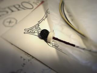 このフェルトの輪、なに?弦を張り替えるときのTips