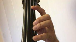 コントラバスで速弾きするために、指をコントロールする4つの練習