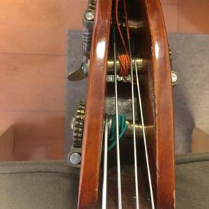 張り替えた弦の音程まで巻きます。