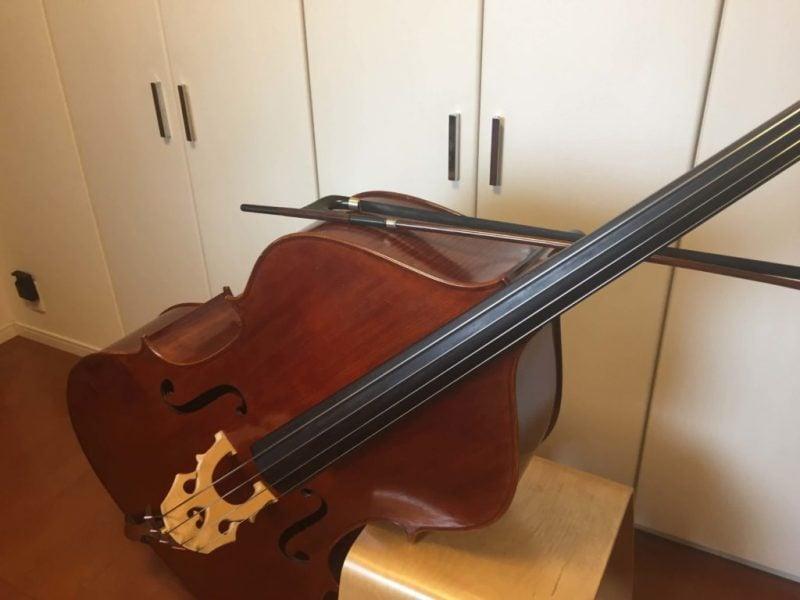弓を楽器の上にのせている
