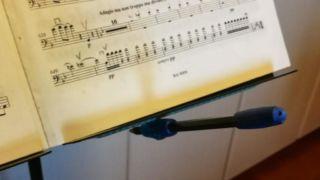 100均で買えるものだけで作る、譜面台にくっつく鉛筆の作り方とは?